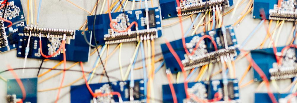 대량 생산을 의미하는, 납땜 공정을 위해 보드에 올려진 수많은 칩